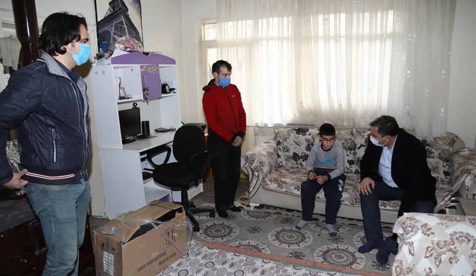 Evindeki Yangında Bilgisayarı Yanan Engelli Çocuğa Yenisi Hediye Edildi