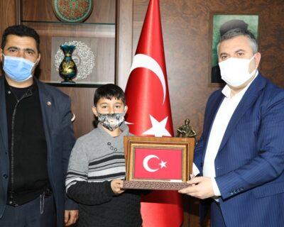 Belediye Başkanı Demirbaş, salgın döneminde öğrendiği Kur'an'ı hatmeden öğrenciyi ödüllendirdi.