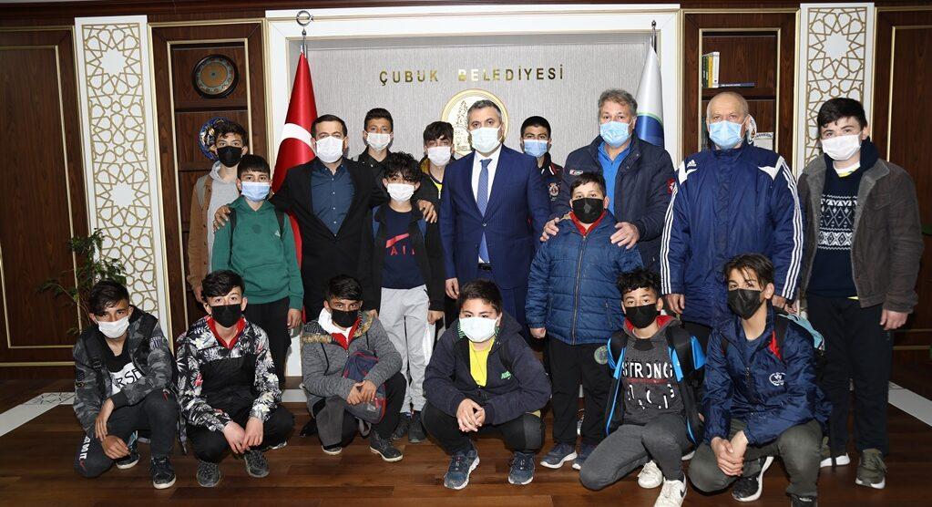 Belediye Başkanı Demirbaş, Minik Futbolcularla Buluştu