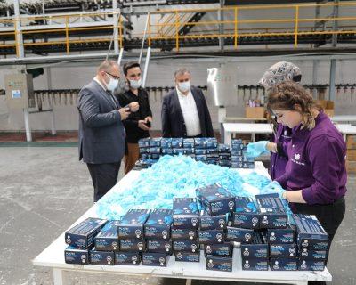 Çubuk Kaymakamı Keleş ile Belediye Başkanı Demirbaş, eldiven fabrikasını ziyaret etti.