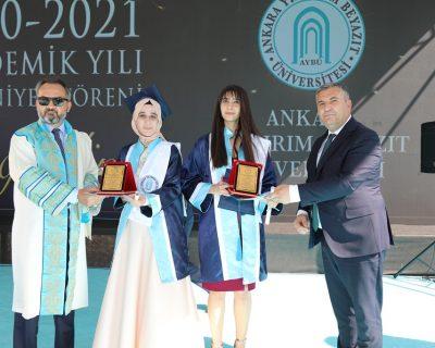 Ankara Yıldırım Beyazıt Üniversitesi (AYBÜ) Tıp Fakültesi mezuniyet töreni AYBÜ Esenboğa Külliyesi'nde gerçekleştirildi.