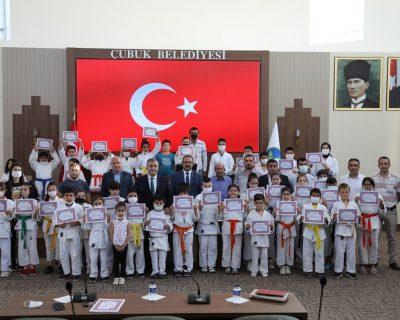 Çubuk'ta judocu gençlere başarı belgeleri verildi.