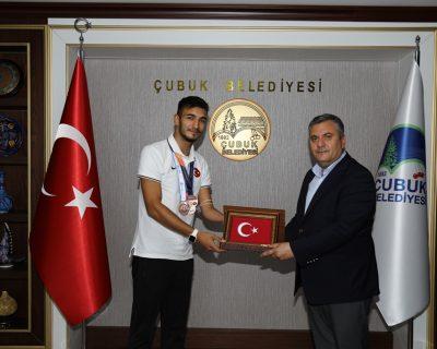 Çubuk Belediye Başkanı Demirbaş, milli sporcu Abdullah Ilgaz'ı kabul etti