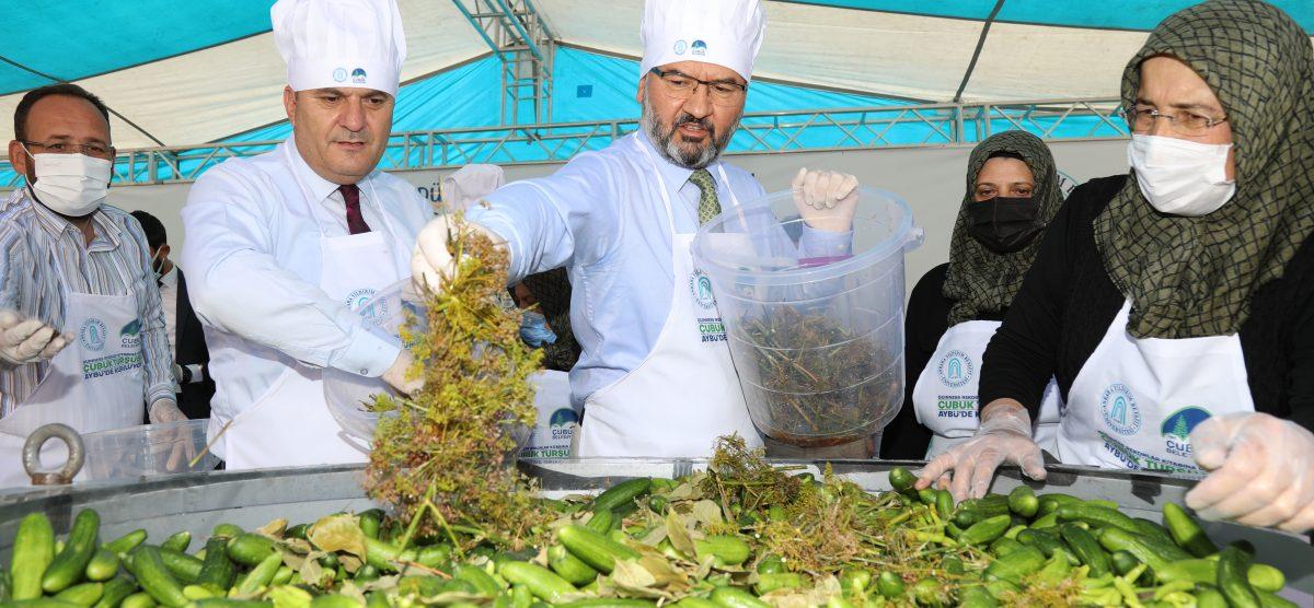 Çubuk'ta üniversite öğrencileri 1,5 tonluk kavanoza turşu kurdu